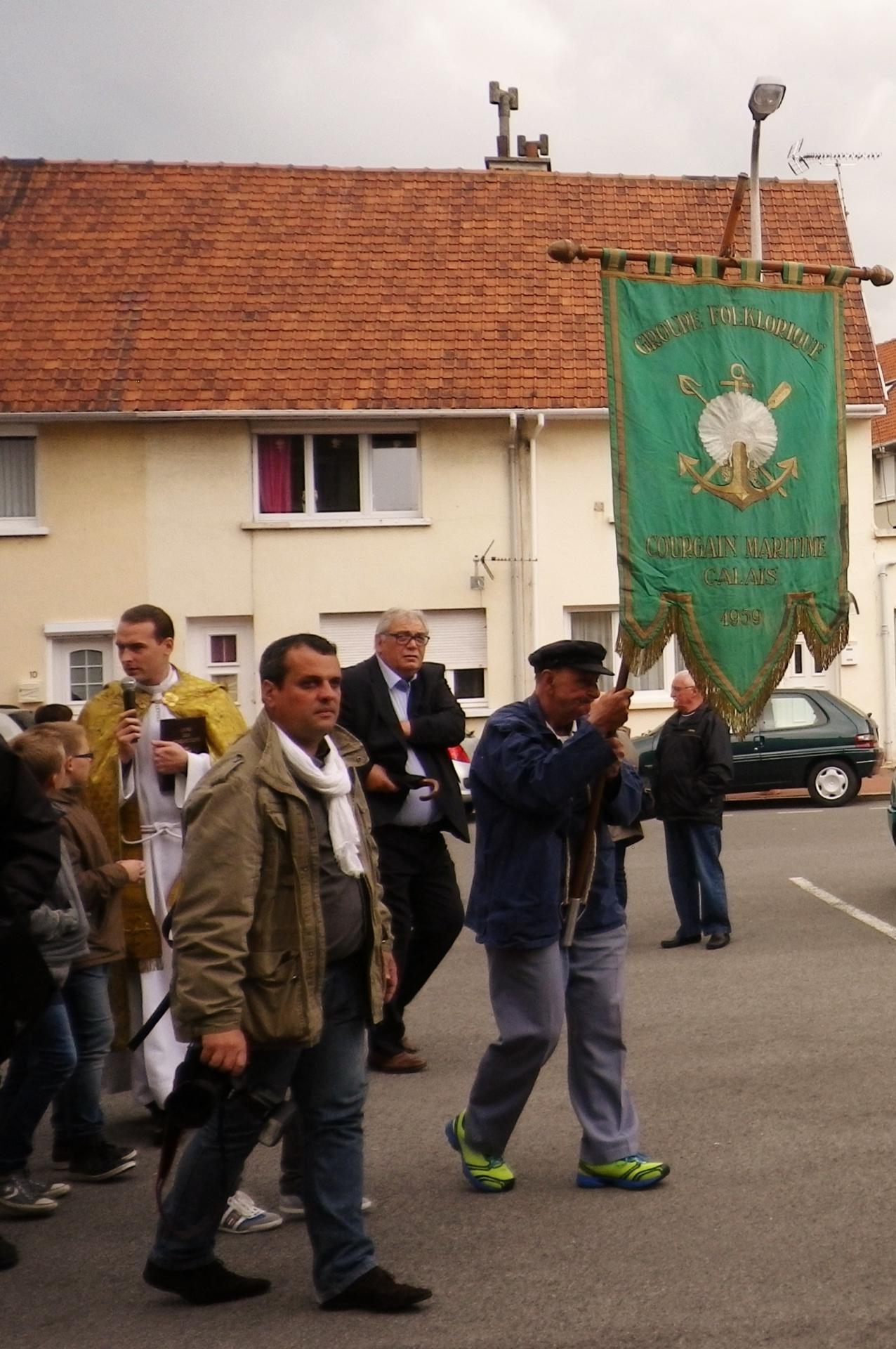 Calais benediction de la mer grand pere porte la banniere du courgain