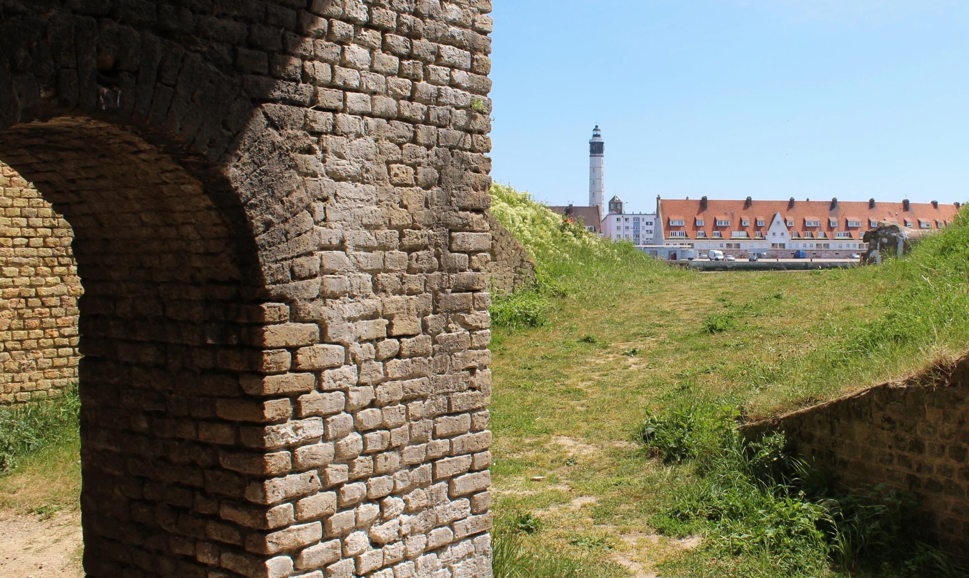 Calais du risban immeuble de la matelote et le phare de calais