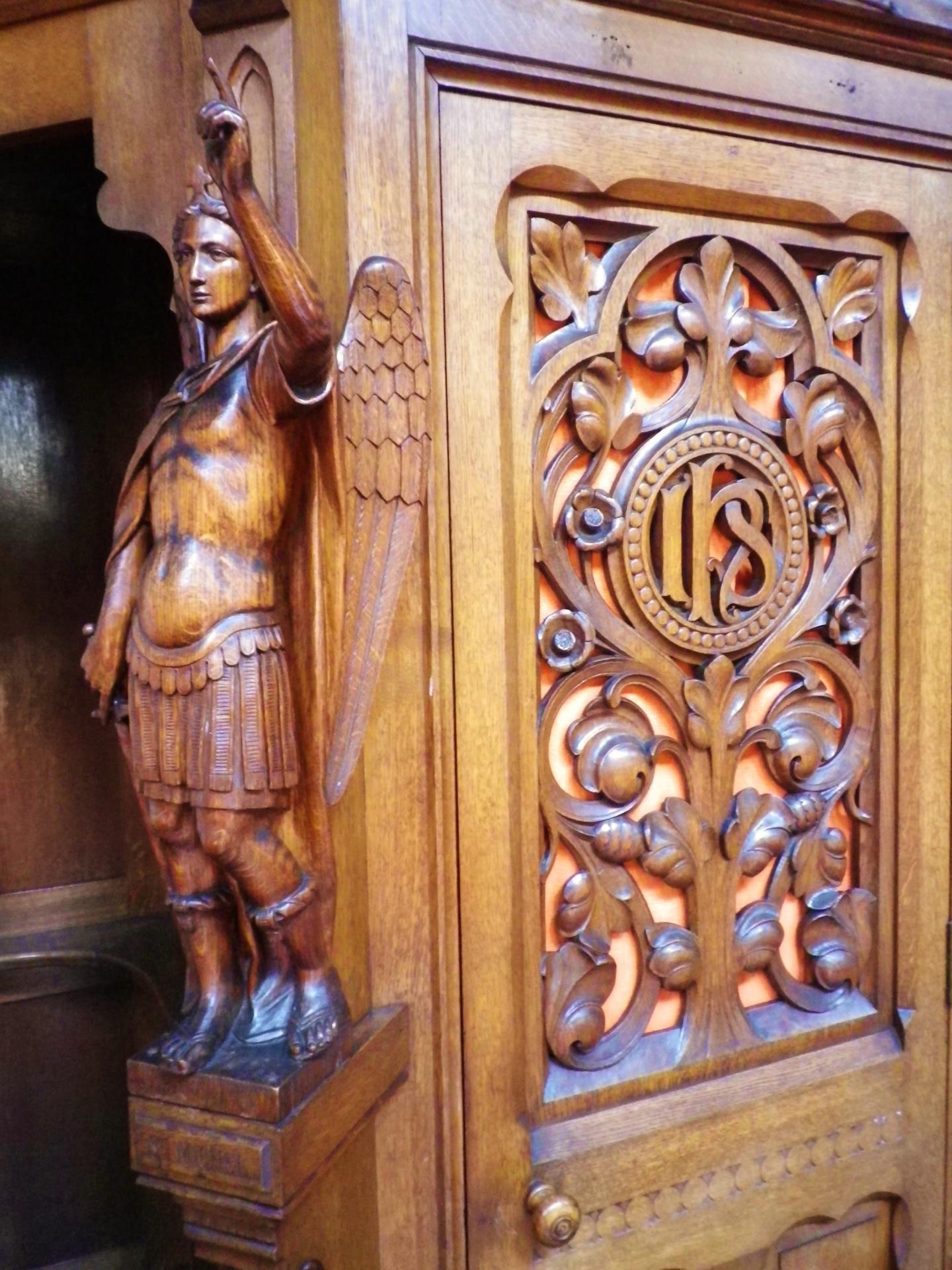 Calais eglsie du sacre coeur un ange sur un confessionnal
