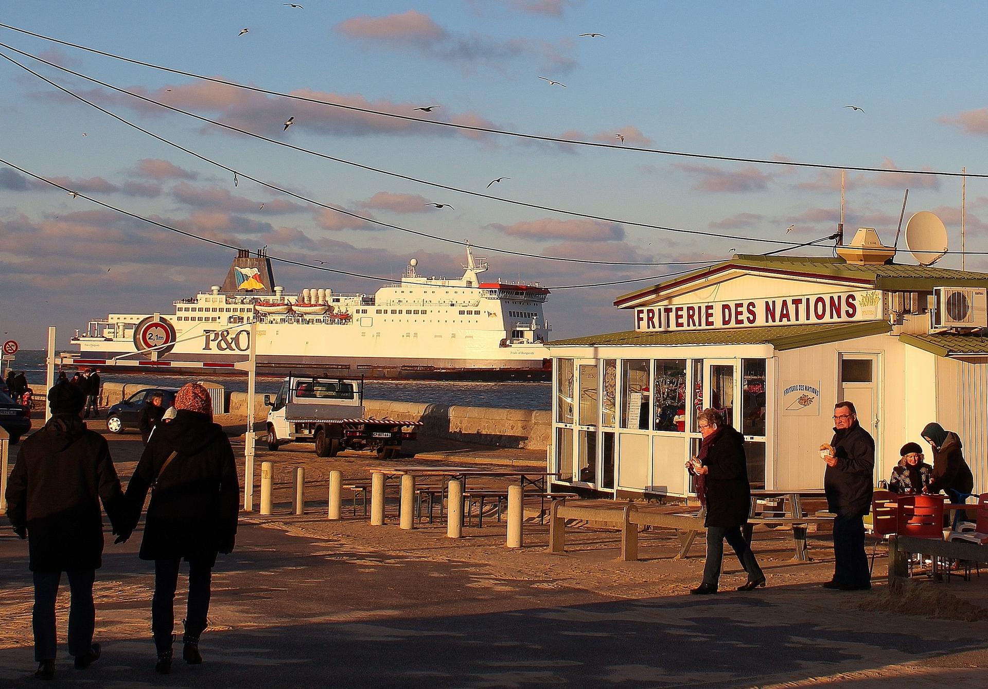 Calais la plage et les friteries au soleil d hiver