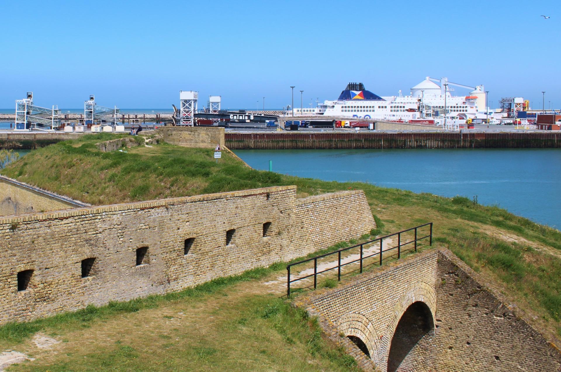 Calais le fort risban et les ferries
