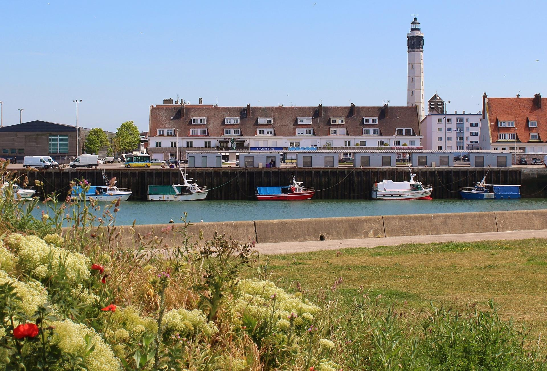 Calais les bateaux de peche et le phare