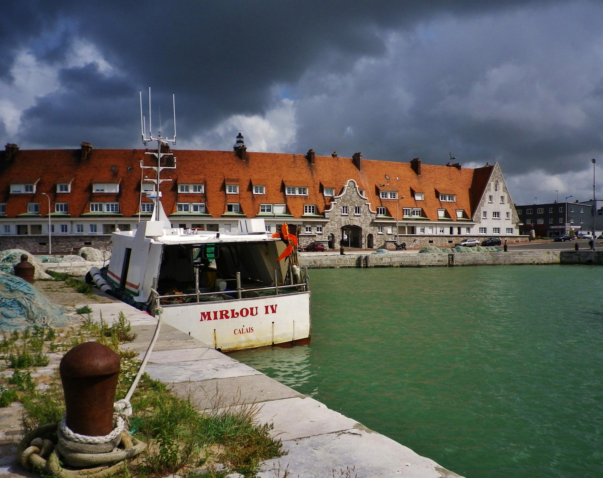 Calais top le courgain et un bateau de peche calaisien