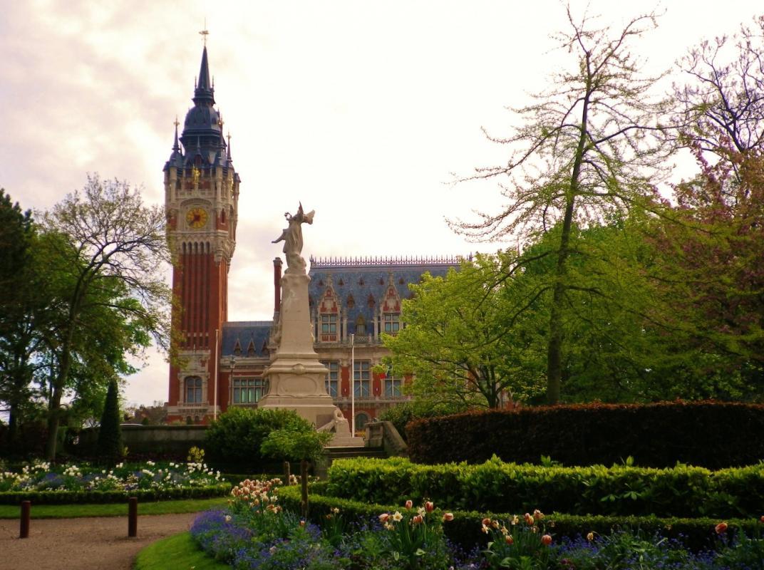 Calais l hotel de ville et le parc saint pierre