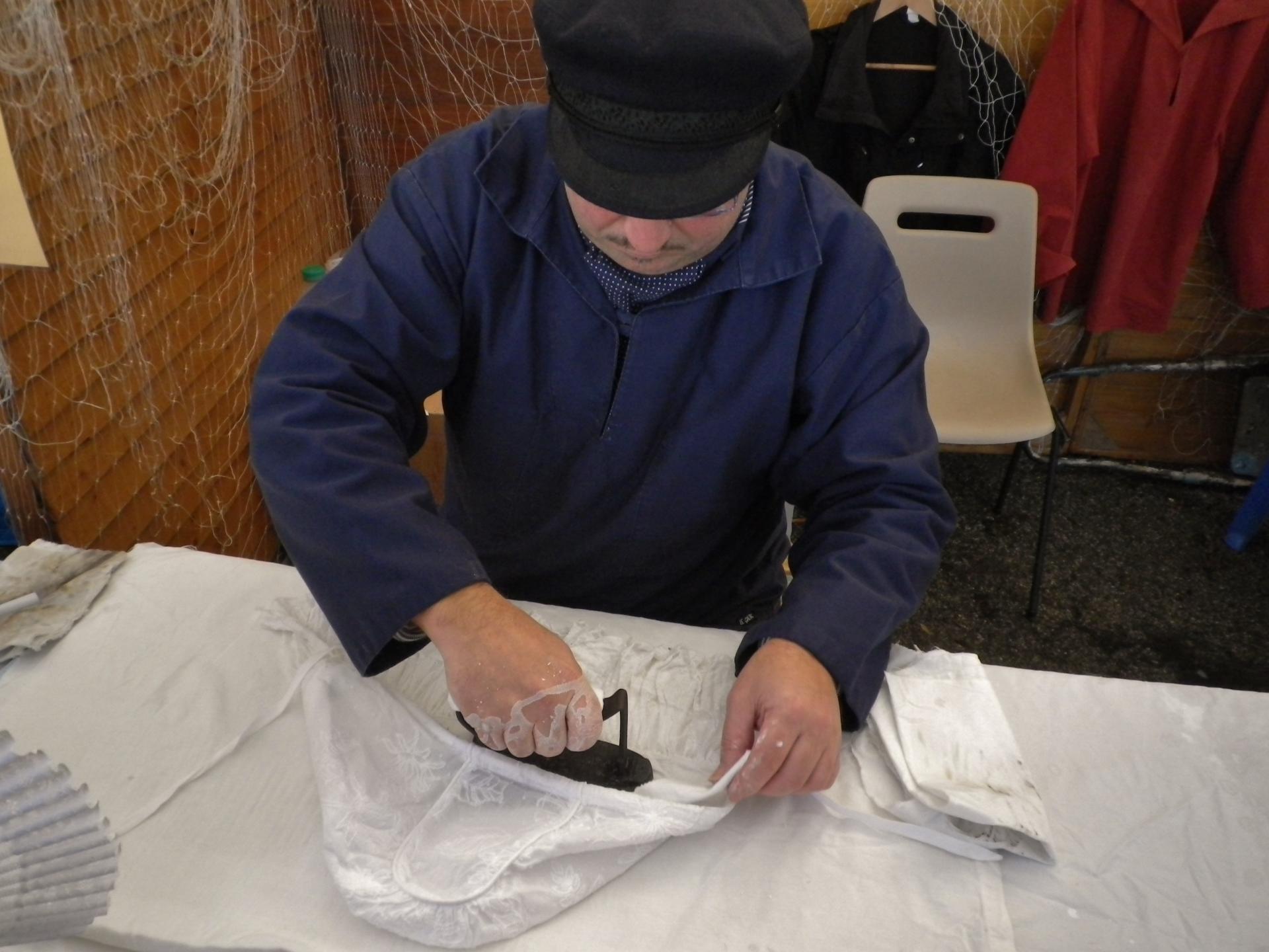 Etaples fete du hareng le repassage de l interieur du bonnet