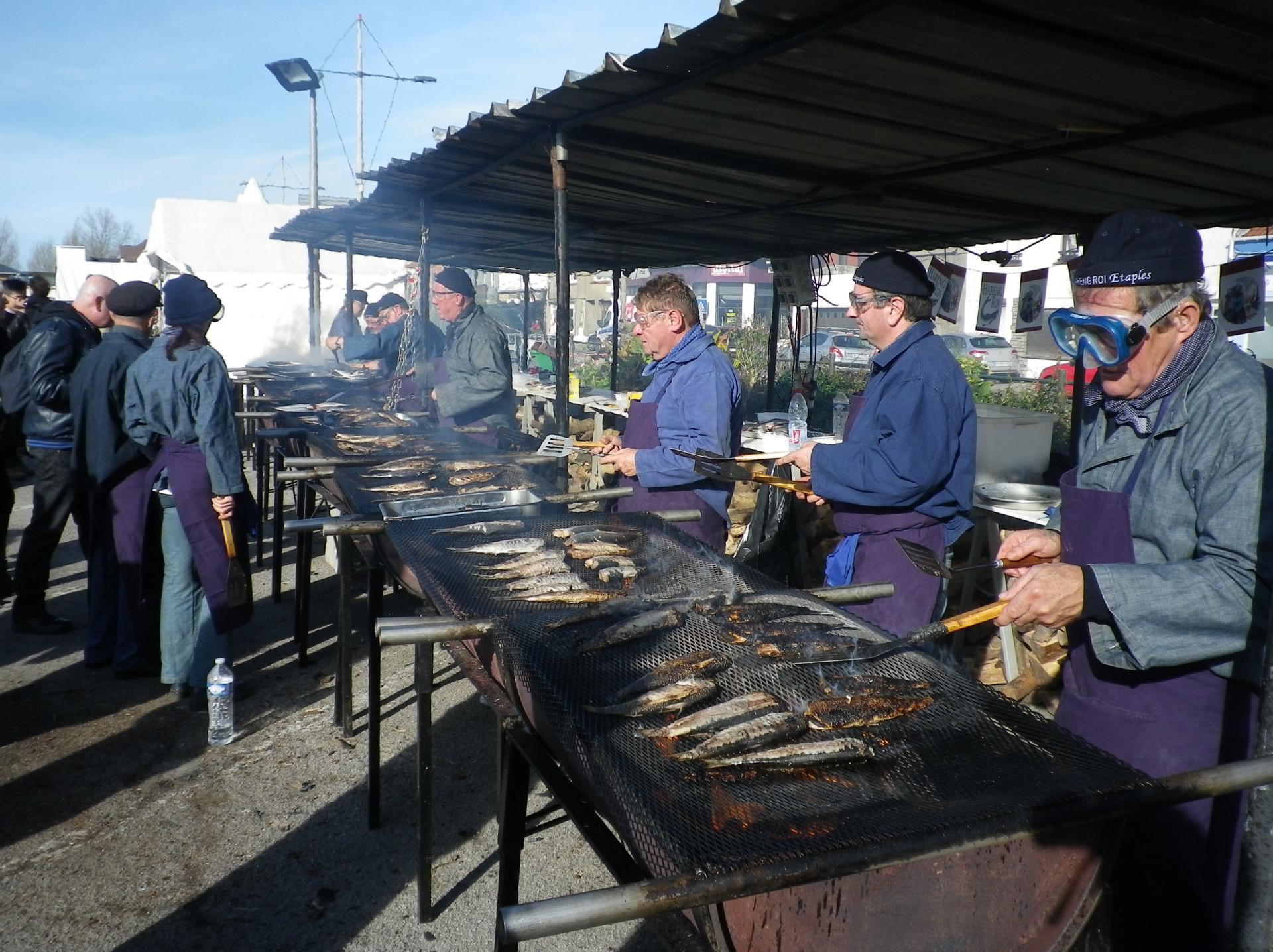 Etaples la cuisson des harengs grilles a la fete du hareng roi