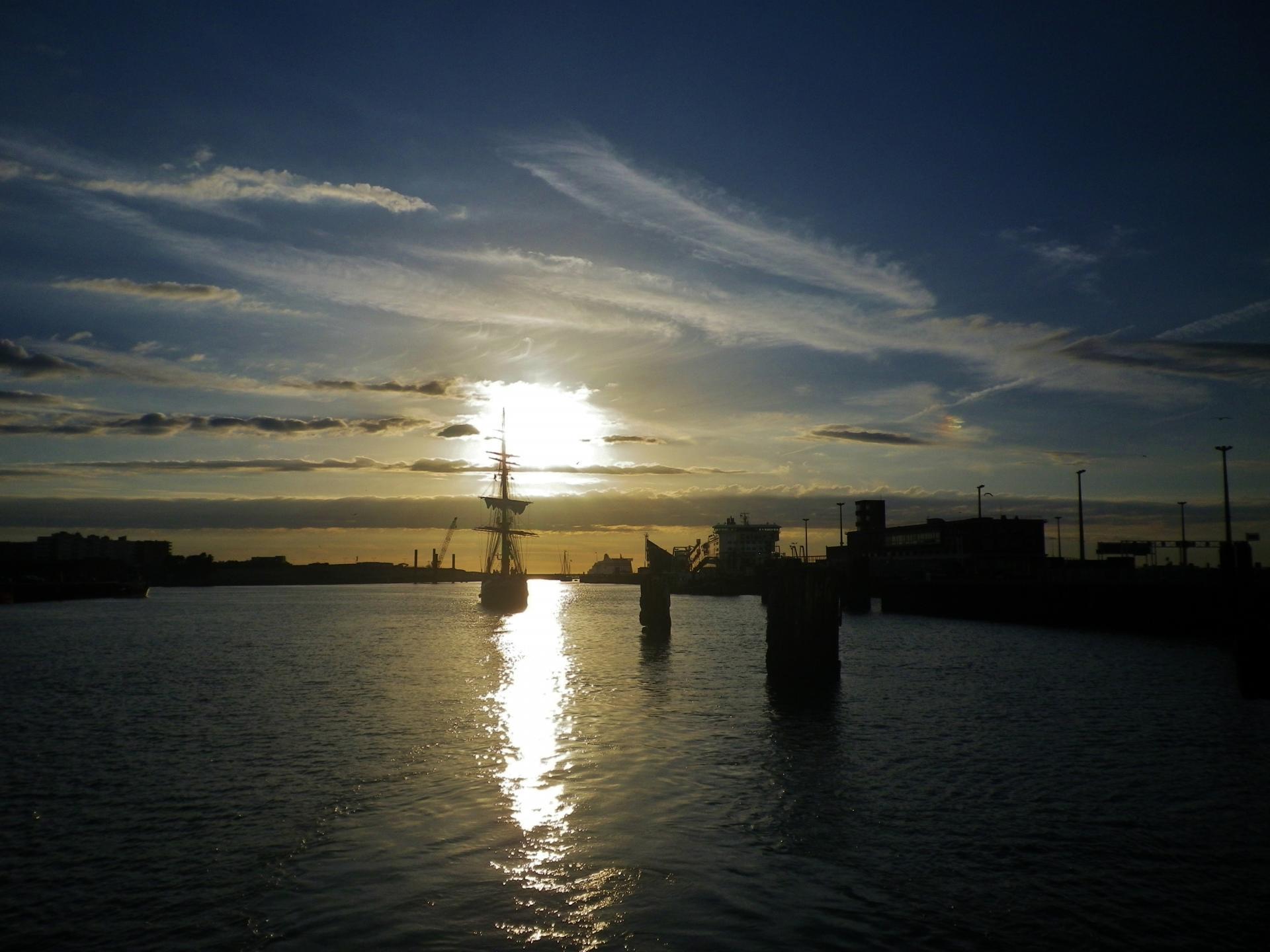 coucher de soleil port de calais et vieux bateaux