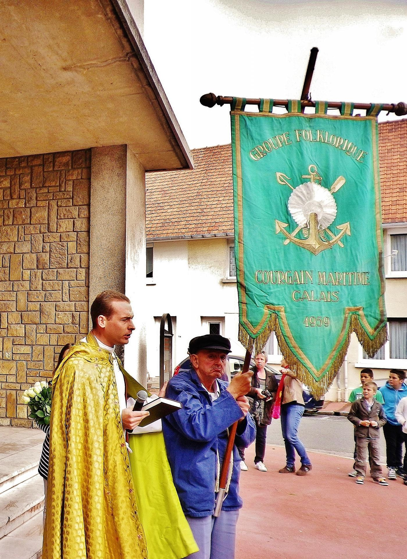 L abbe poidevin prend la tete du cortege lors des ceremonies de la benediction de la mer a calais courgain maritime