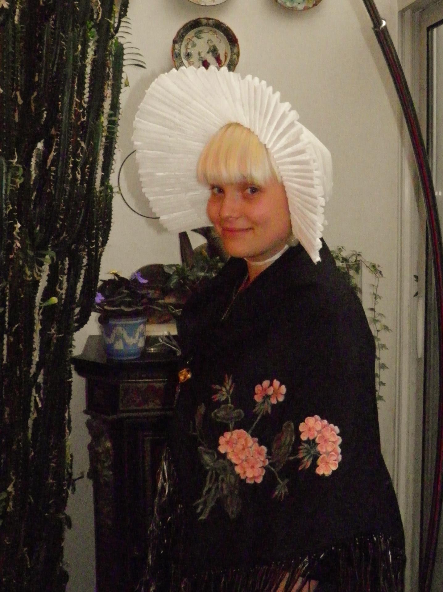 Photographie d'une calaisienne en costume de cérémonie
