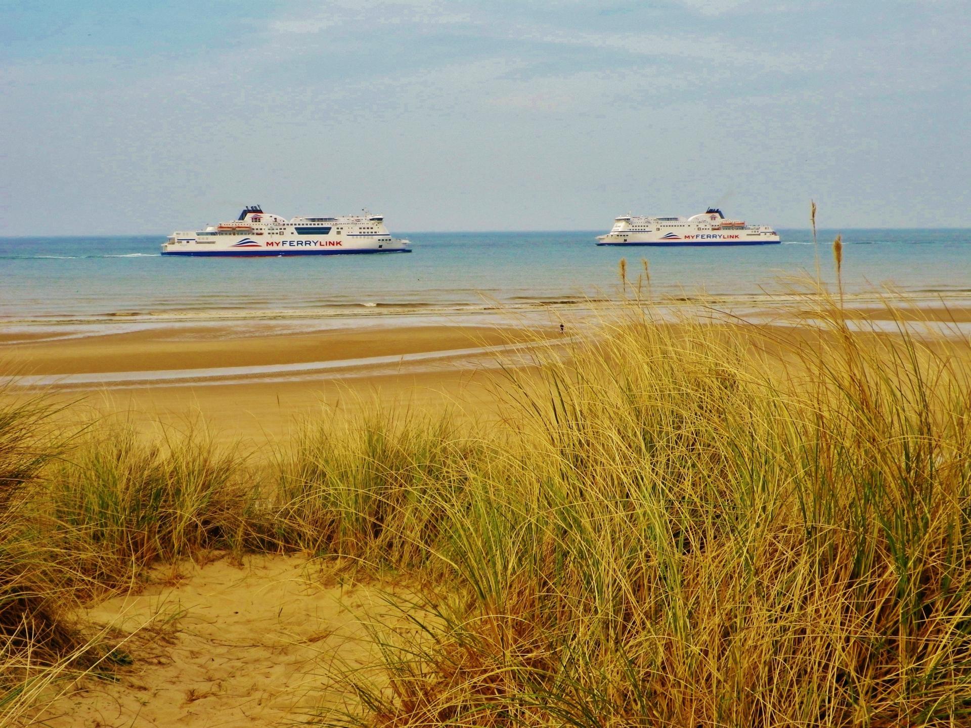 Plage de sangatte les dunes et la vue sur les bateaux
