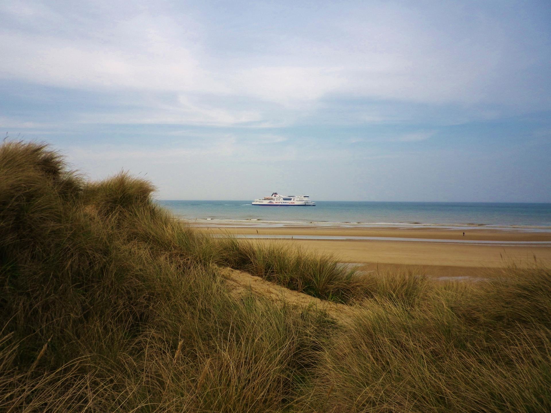 Sangatte la plage et les dunes et le trafic transmanched et ses bateaux